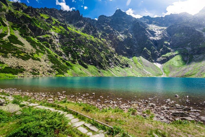 Charca hermosa en el medio de las montañas en la salida del sol imágenes de archivo libres de regalías