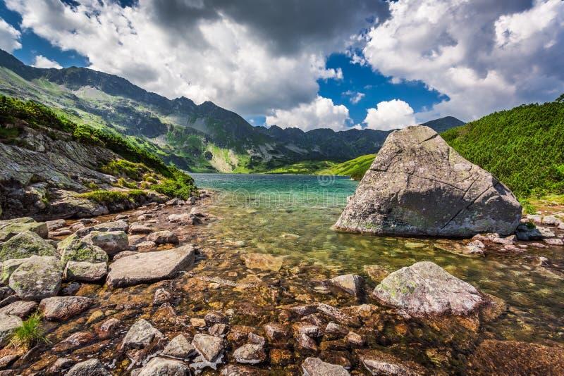Charca hermosa en las montañas imagen de archivo libre de regalías