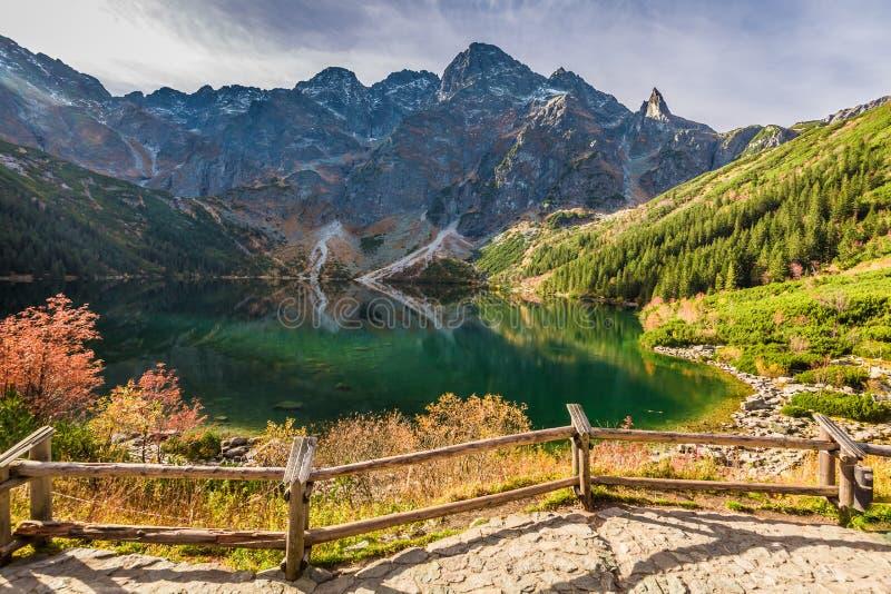 Charca hermosa en las montañas en la salida del sol en otoño imagen de archivo libre de regalías