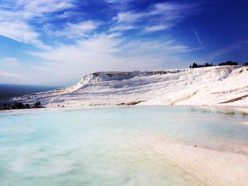 charca Limpio-blanca de las aguas termales en Pamukkale fotografía de archivo
