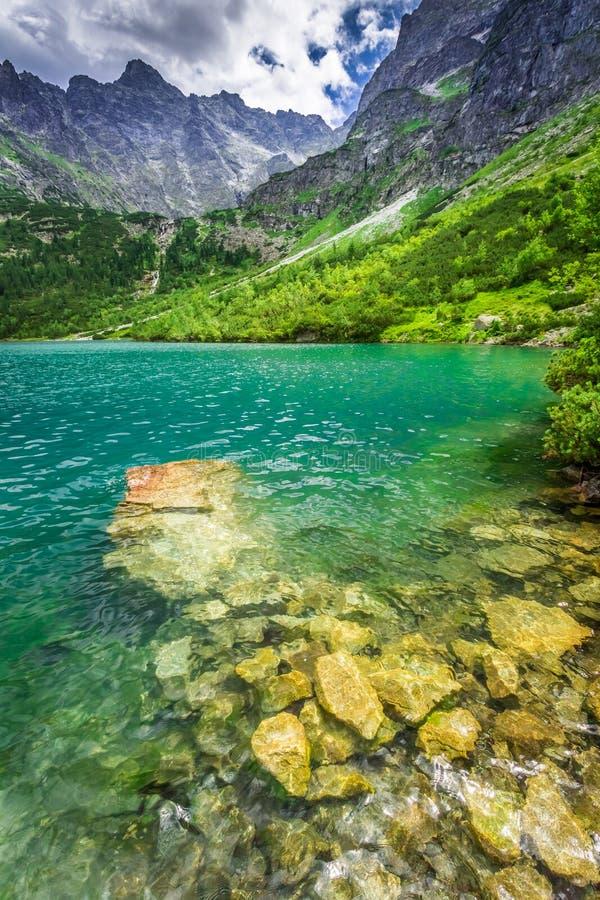 Charca maravillosa en las montañas en el amanecer foto de archivo libre de regalías