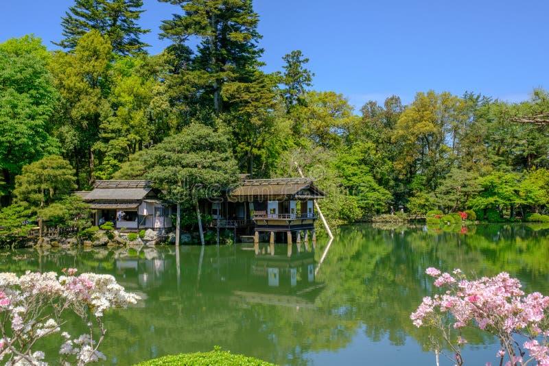 Charca y casa de té en un jardín japonés en Kanazawa, Japón imagen de archivo