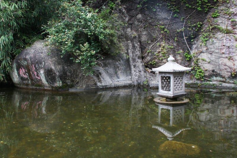 Charca y lámpara en el templo de Nanputuo en la ciudad de Xiamen, China fotografía de archivo libre de regalías