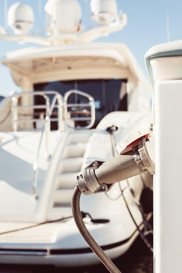 charching与燃料和电的被停泊的游艇 库存图片
