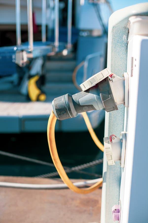 charching与燃料和电的被停泊的游艇 免版税库存图片