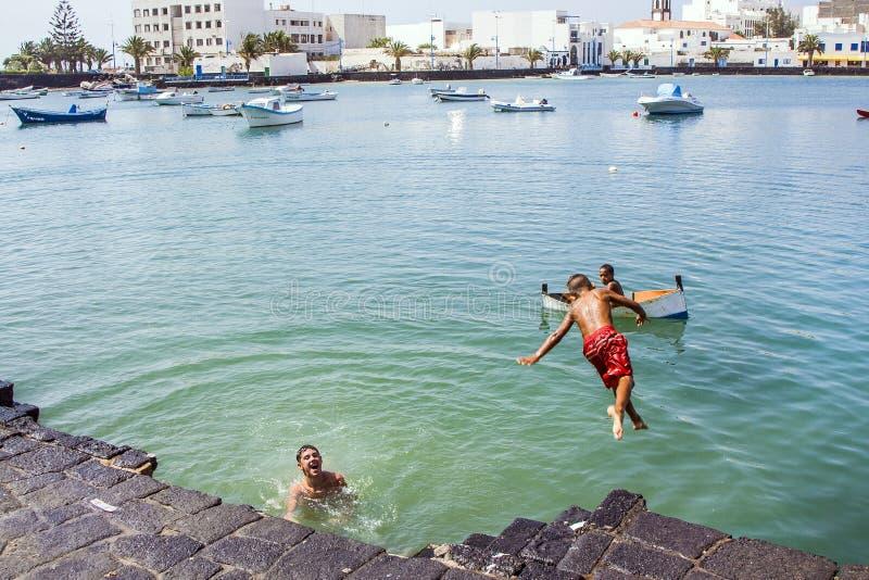 Charco de San Gines in Arresife mit den Jungen, die Spaß im Wasser haben stockbilder