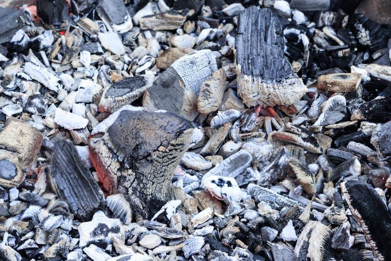 charcoal pour faire cuire sur un feu ouvert bois dur seulement images stock