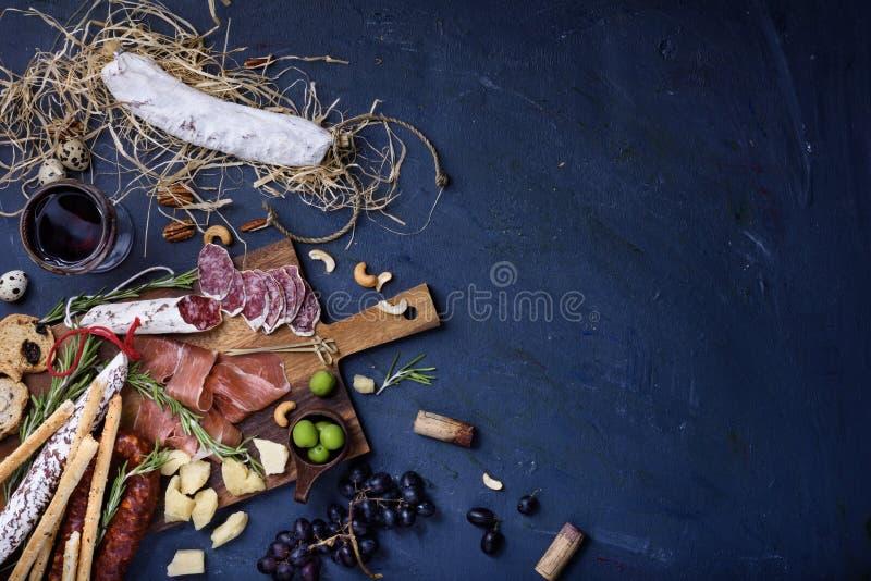 Charcuterie przekąski na drewnianym tle Salami i ser słuzyć fotografia royalty free