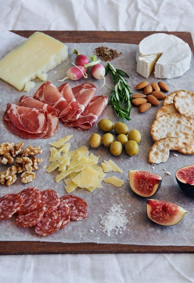 Charcuteriebrett mit Käse lizenzfreies stockfoto