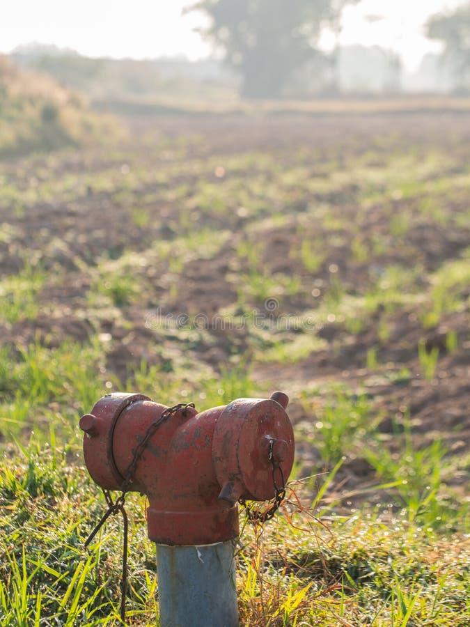 Charge d'eau de tuyau pour la lutte contre l'incendie images stock