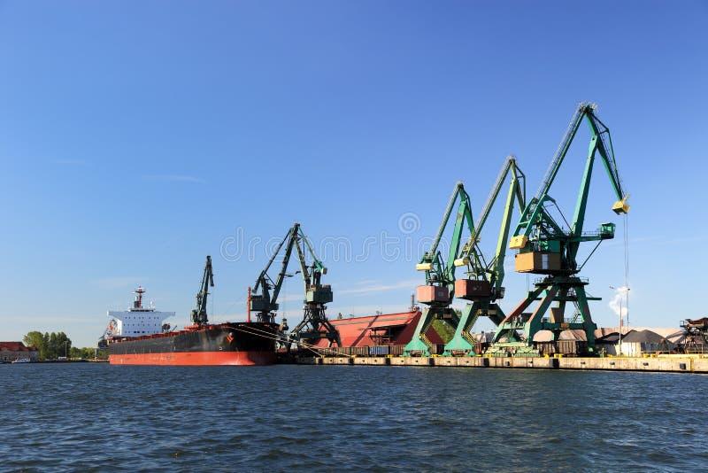 Charge de carbone dans le bateau photographie stock