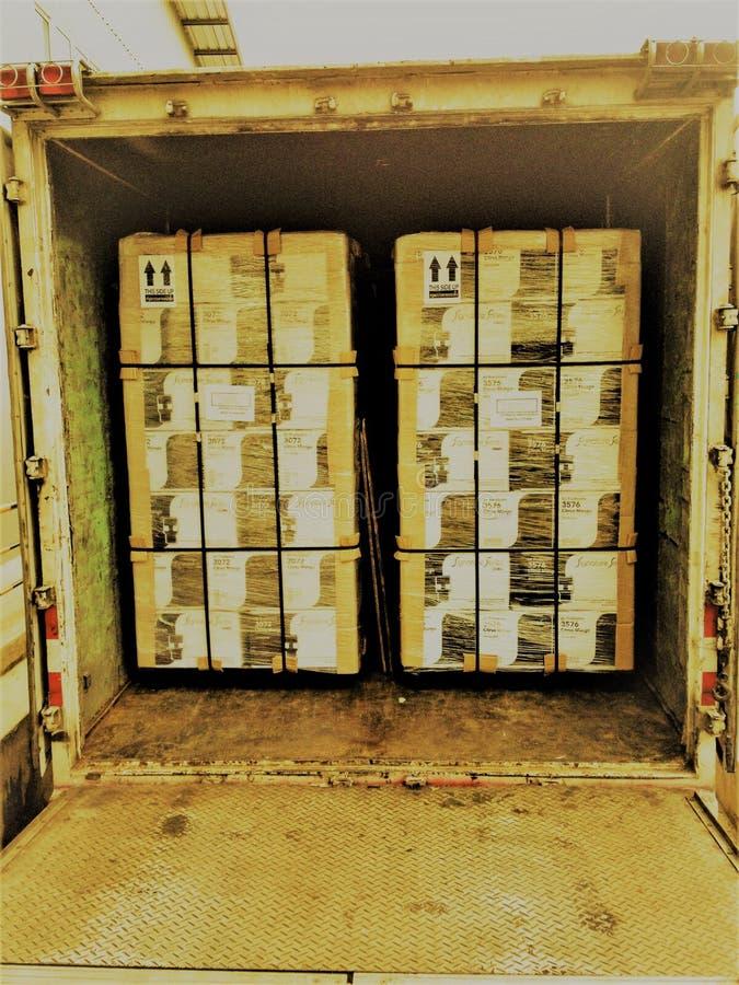 Charge de transport de marchandises l'expédition dans un camion photographie stock libre de droits