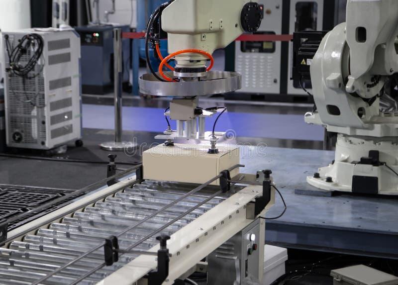 Chargement de bras de robot dans l'usine image stock