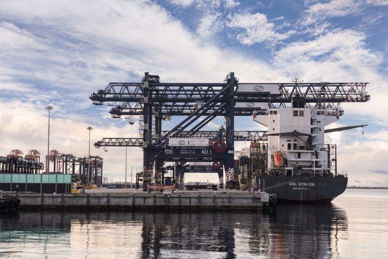 Chargement de cargaison de début de la matinée à la botanique de port, Australie photo stock