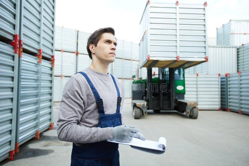 Chargement de contrôle concentré de travailleur de stockage photo stock