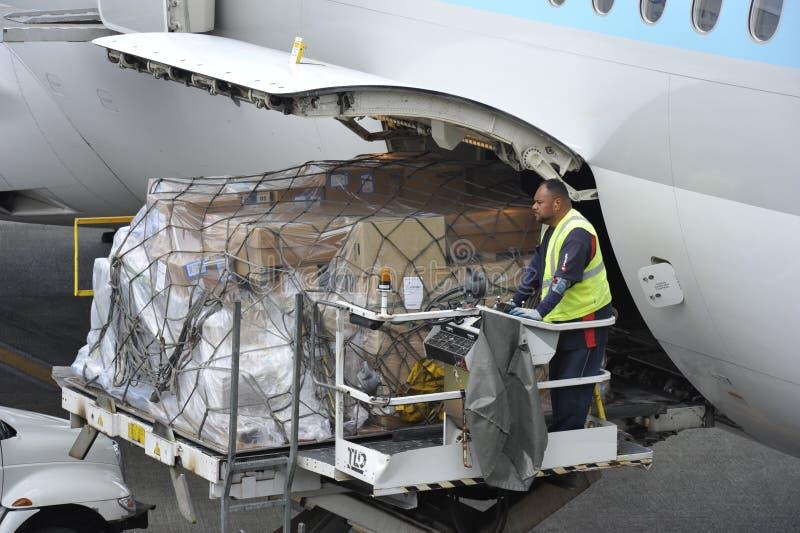 Chargement de l'avion image libre de droits