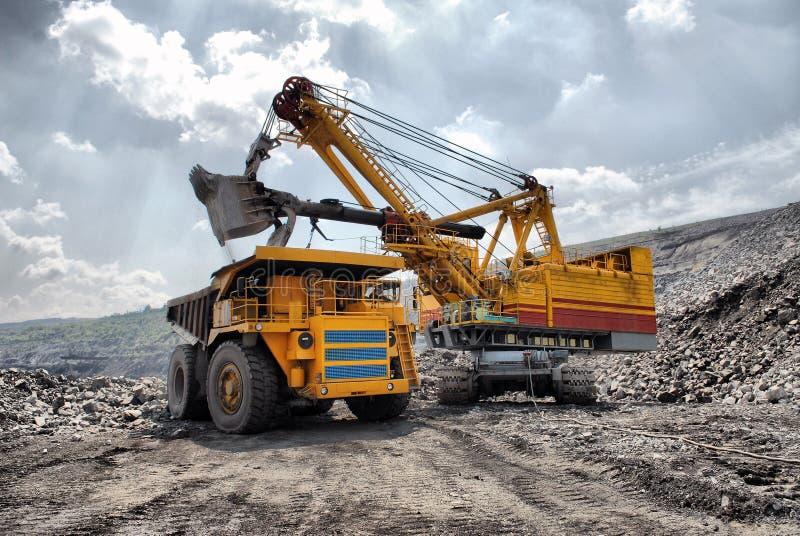 Chargement de minerai de fer images stock