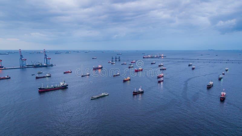 Chargement de pétrolier de vue aérienne et de bateau-citerne de gaz dans le port photos stock