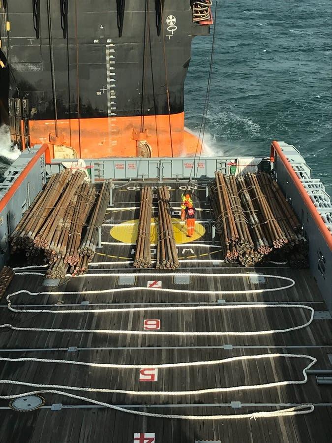 Chargement de tuyau dedans en mer photo libre de droits