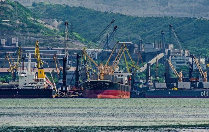 Chargement des navires dans le secteur gauche de l'eau Chargeant et déchargeant des opérations photographie stock libre de droits