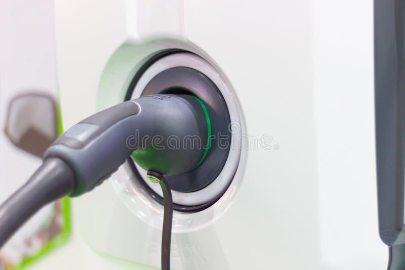 Charger la batterie pour les nouvelles innovations des véhicules à moteur de voiture que l'alimentation d'énergie a branchées image libre de droits