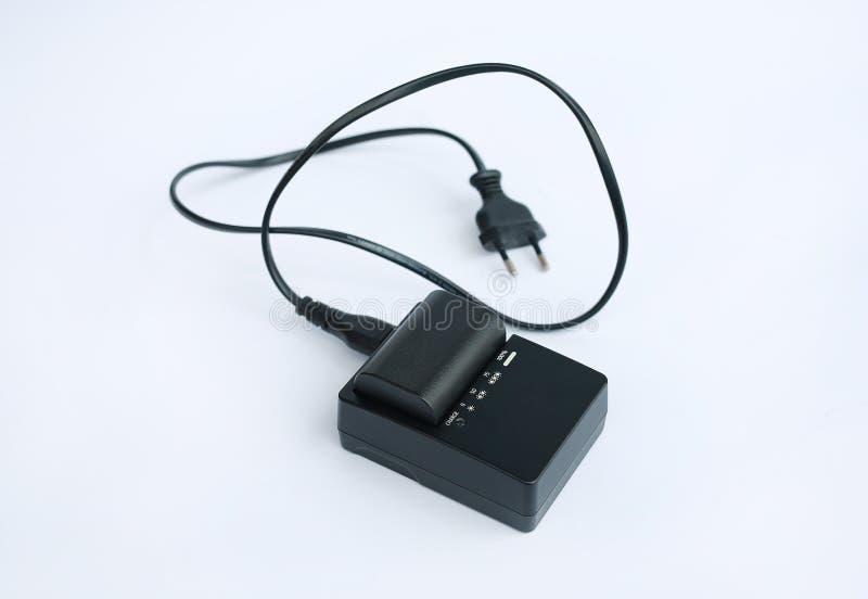 Chargeur avec la batterie sur le fond blanc photos libres de droits