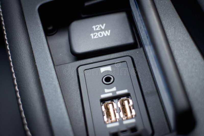 Chargeur d'USB de voiture hybride pour le téléphone portable photo libre de droits