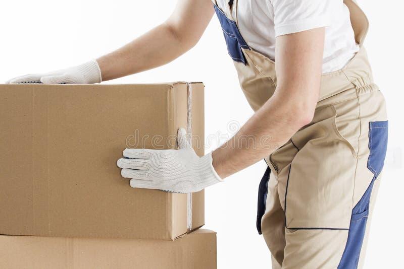 Chargeur dans l'uniforme avec le plan rapproché de boîtes en carton Moteur au travail Homme de relocalisation avec la boîte Le li photo stock