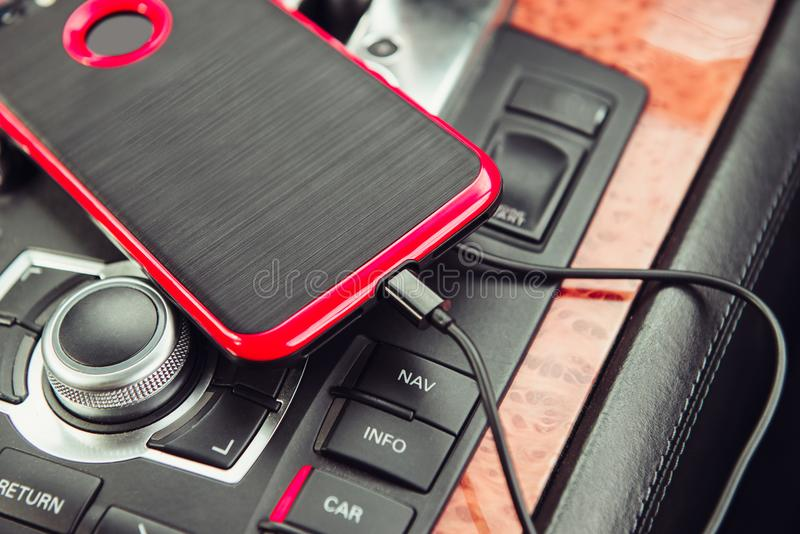 Chargeur de voiture pour le téléphone portable Téléphone chargeant dans la voiture de luxe photos stock