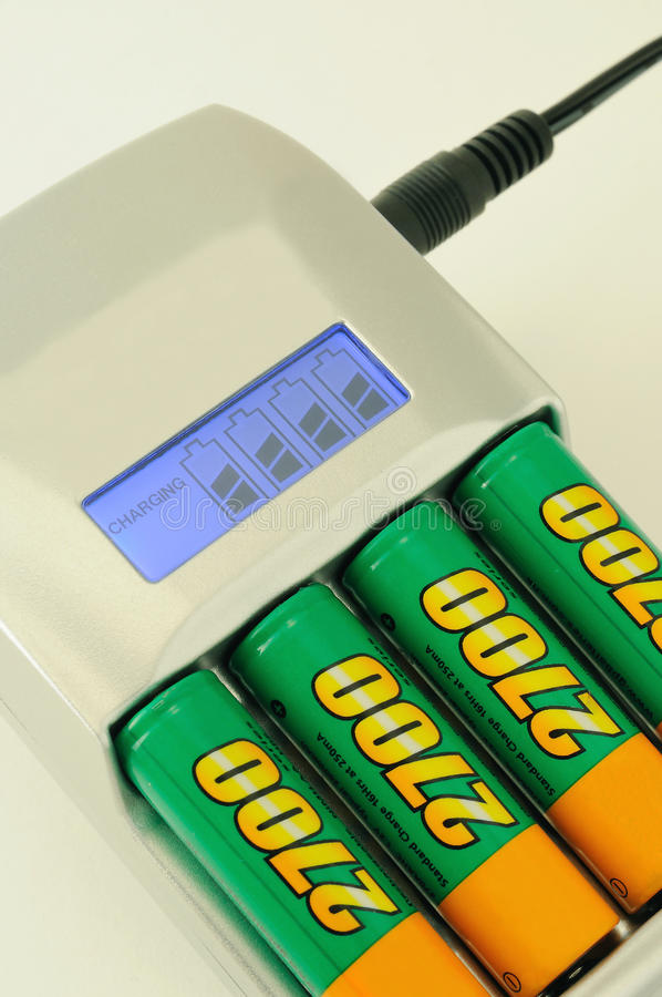 Chargeur intelligent avec des batteries photo stock
