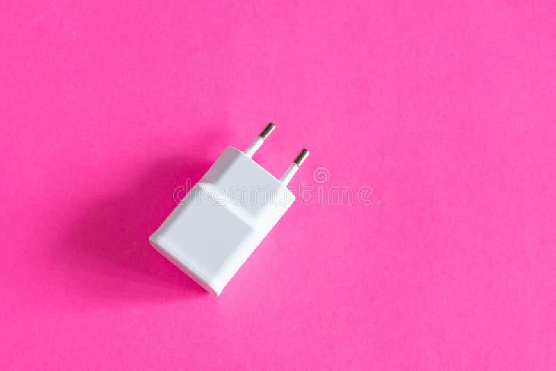 Chargeur universel blanc sur la vue supérieure en gros plan de fond de rose images stock