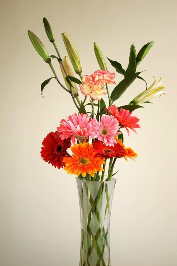 chargez-vous de la fleur dans le vase en verre   image libre de droits