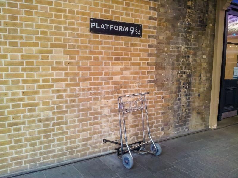 Chariot à bagages à la plate-forme 9 et 3/4 aux Rois Cross Station, Londres photographie stock libre de droits