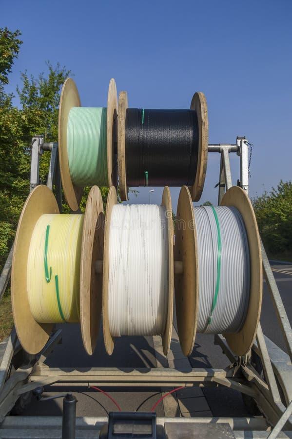 Chariot à tambour de câble comme remorque pour l'expansion de grille et la pose des canalisations d'alimentation photo stock
