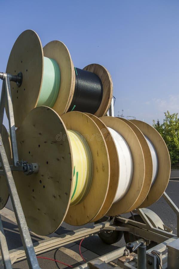 Chariot à tambour de câble comme remorque pour l'expansion de grille et la pose des canalisations d'alimentation photo libre de droits