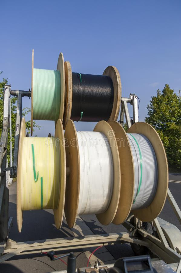 Chariot à tambour de câble comme remorque pour l'expansion de grille et la pose des canalisations d'alimentation photos stock