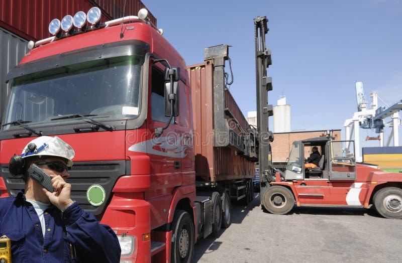 Chariot élévateur, camion et conteneurs images libres de droits