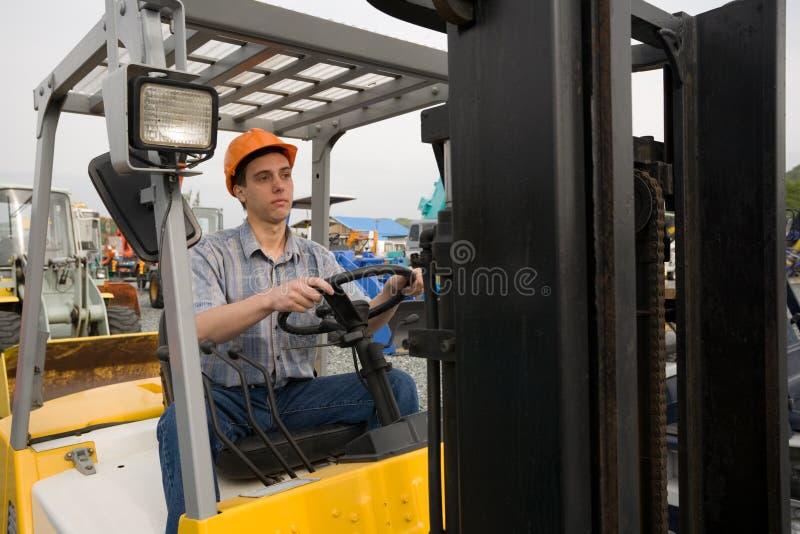 Chariot élévateur d'opérateur photographie stock