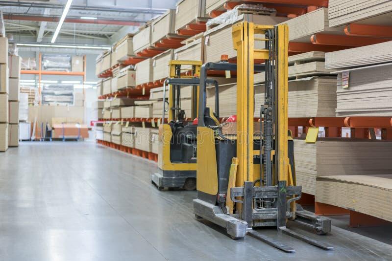 chariot élévateur dans une boutique de construction Matériaux de construction Empilement du camion dans l'entrepôt en gros photographie stock libre de droits
