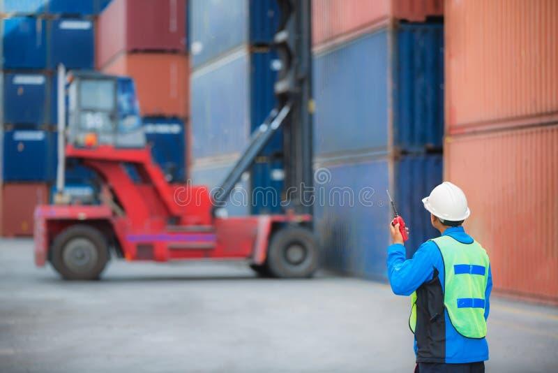 Chariot élévateur de contrôle d'agent de maîtrise manipulant la boîte de récipient photographie stock