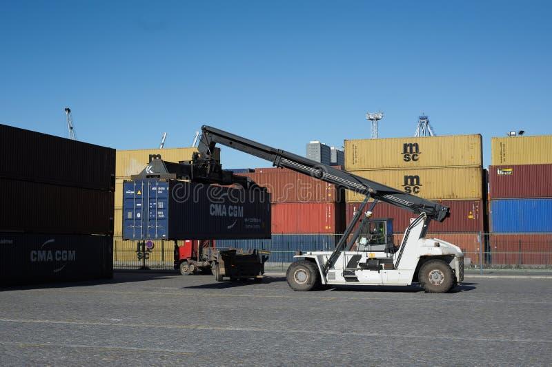 Chariot élévateur de récipient fonctionnant sur des docks photo stock
