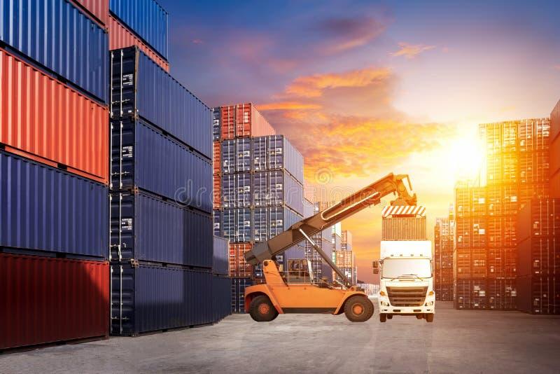 Chariot élévateur manipulant la boîte de récipient chargeant au train de fret dans les importations-exportations images stock