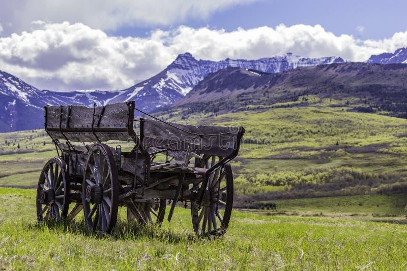 Chariot abandonné près de Rocky Mountains images libres de droits