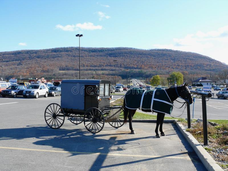 Chariot amish dans le parking de Hall de moulin image libre de droits