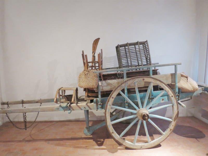 Chariot antique de nos ancêtres pour l'usage agricole photographie stock