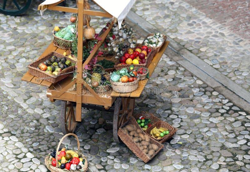 Chariot avec des fruits et légumes images stock