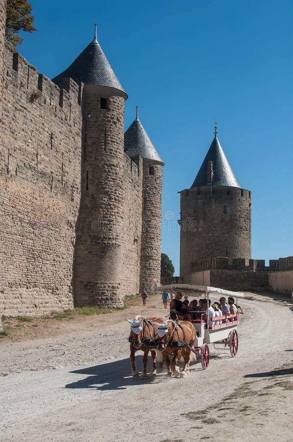 Chariot avec des touristes autour des fortifications photographie stock libre de droits