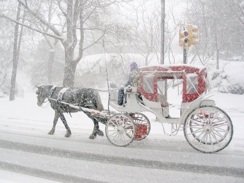 Chariot dans la neige image stock