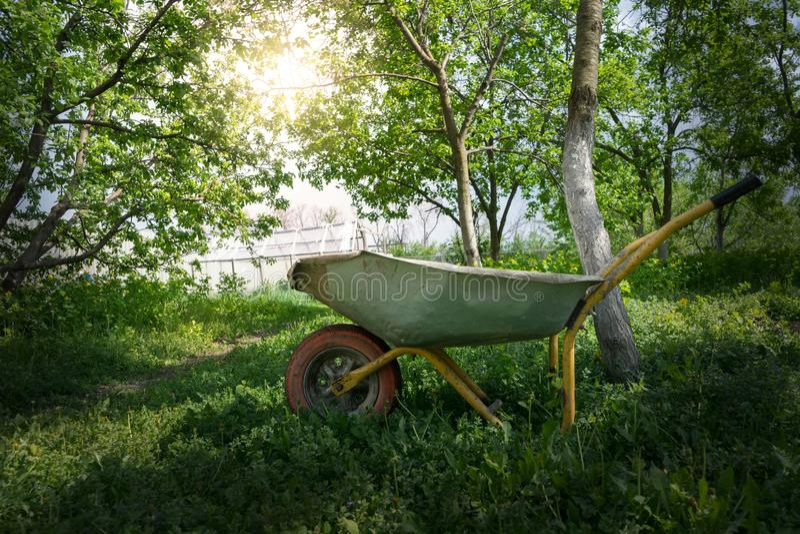 Chariot dans le jardin sous la lumière du soleil photos stock