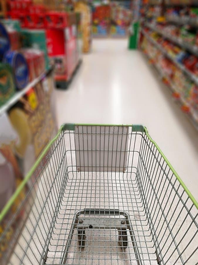 Chariot dans le supermarché photographie stock libre de droits